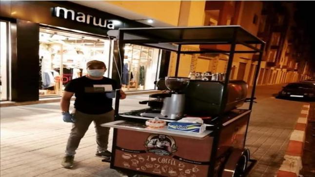 طالب جامعي يبيع القهوة على دراجة هوائية بطريقة انيقة باكادير