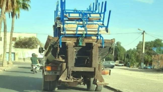 نقل مقاعد مدرسية بإنزكان آيت ملول على متن شاحنة للأزبال لإيصالها إلى مؤسسات تعليمية يثير غضب رواد المواقع الإجتماعية