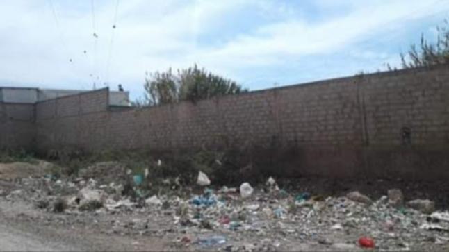 حائط عشوائي يهدد سلامة وصحة المواطنين وعامل إقليم إنزكان عاجز عن إتخاد القرار