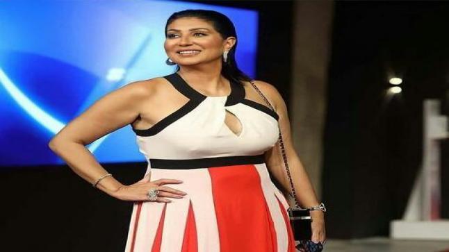 الممثلة المصرية وفاء عامر بفستان طويل في يوم سادس بمهرجان الجونة