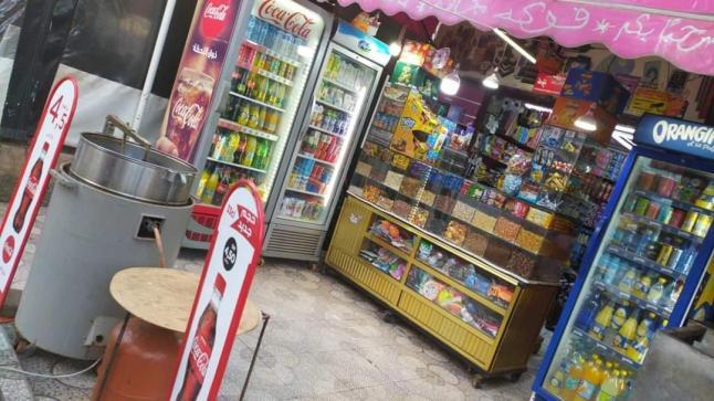 الديون تثقل كاهل أصحاب المحلات التجارية لبيع الفواكه الجافة .